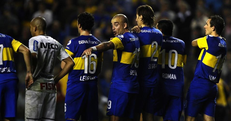 Jogadores do Boca Juniors reclamam de lance favorável ao Corinthians no primeiro jogo da final da Libertadores