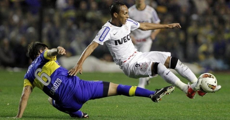 Liedson sofre falta dura de Caruzzo durante primeira partida da final da Libertadores entre Boca Juniors e Corinthians