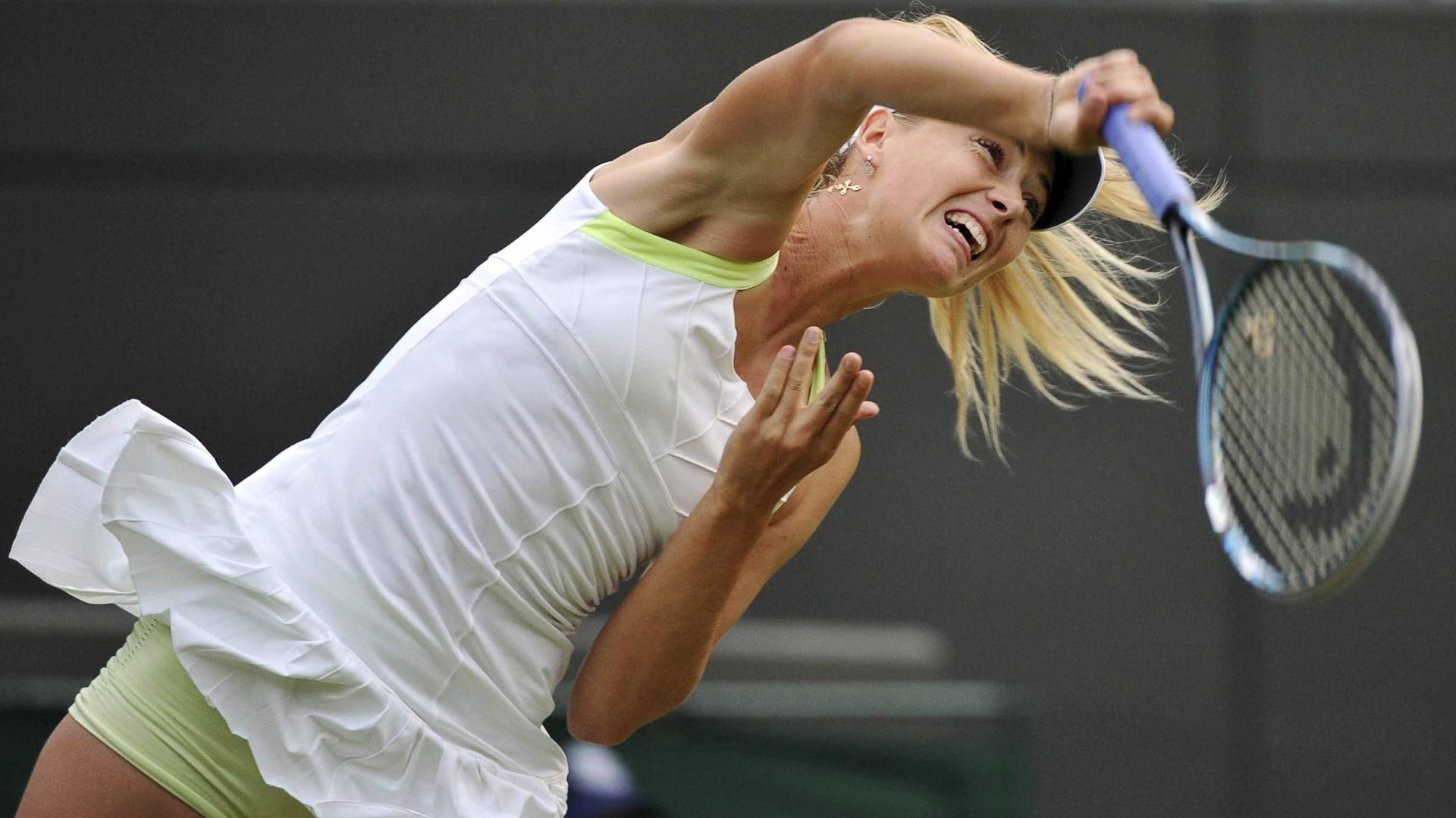 Maria Sharapova durante saque na partida contra a búlgara Tsvetana Pironkova
