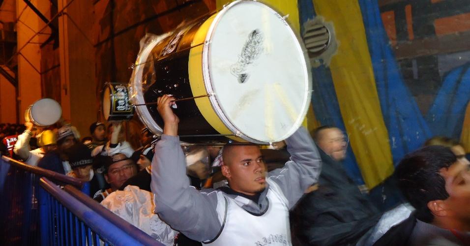 Organizada corintiana chega ao estádio do Boca carregando bateria e bandeirão
