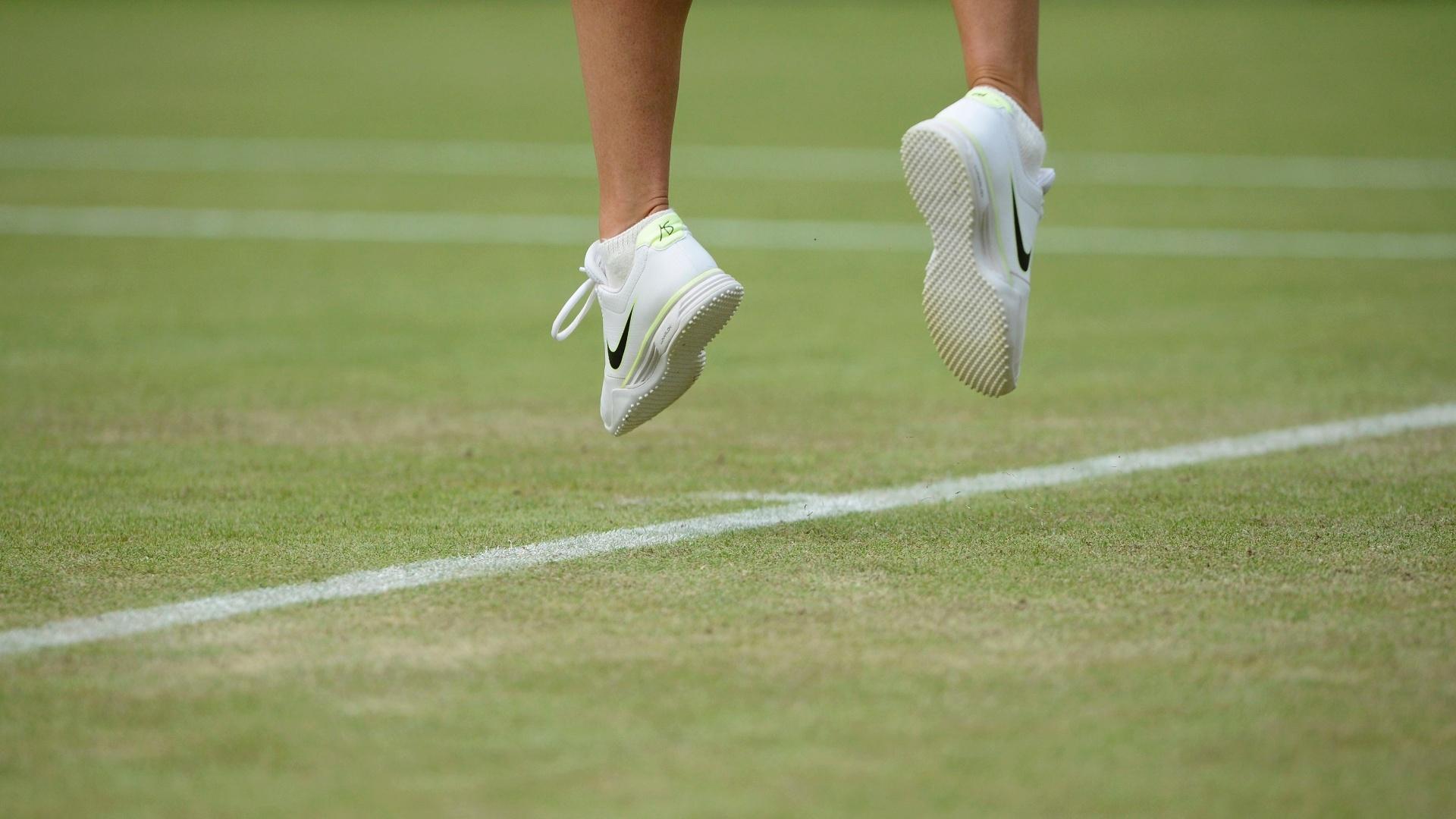 Pés de Maria Sharapova durante saque na partida contra a búlgara Tsvetana Pironkova