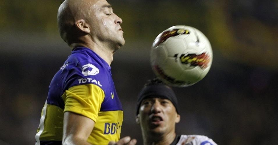 Santiago 'El Tanque' Silva domina a bola observado por Ralf, do Corinthians