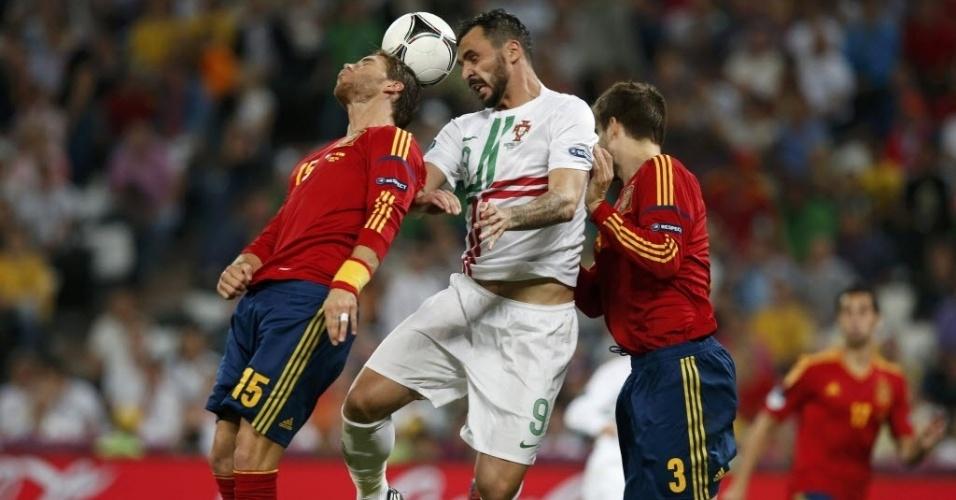 Sergio Ramos (e), Hugo Almeida (c) e Piqué (d) sobem para brigar pela bola aérea