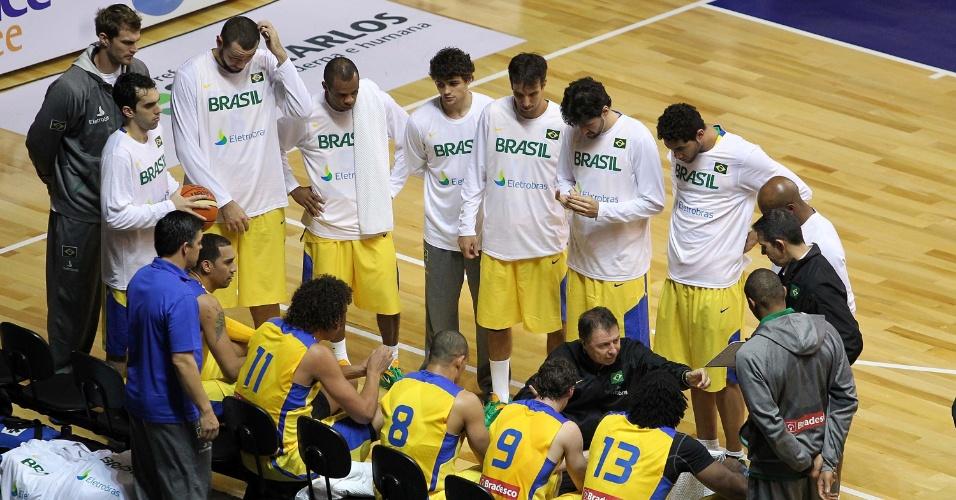 Técnico Rubén Magnano comanda a seleção brasileira durante tempo técnico