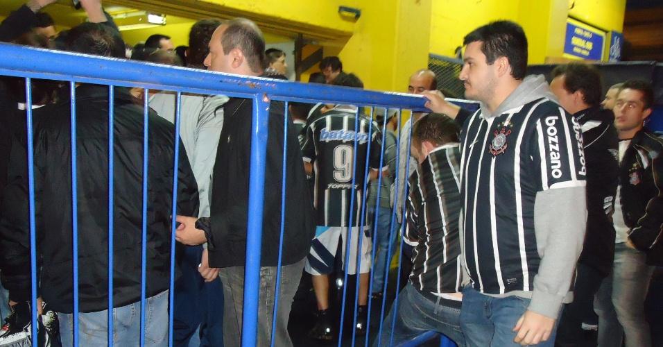 Torcedores acusam outro corintiano de venda de ingressos falsos por U$ 500 e chamam a polícia argentina, que não entende a discussão