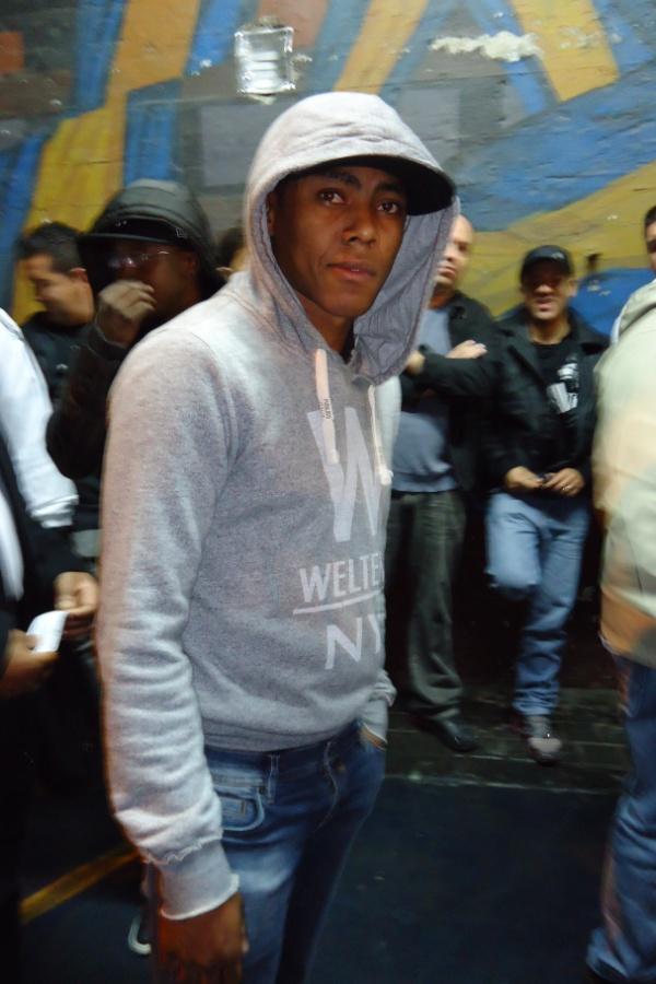 Disfarçado, Elias, atualmente no Sporting, de Portugal, entra no meio da torcida do Corinthians para ver jogo contra o Boca Juniors