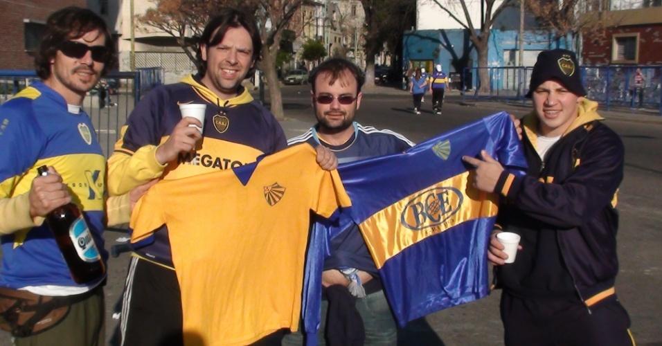 Torcedores do Boca Juniors aguardam nos arredores de La Bombonera a partida contra o Corinthians