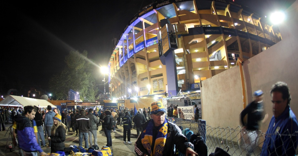 Torcedores do Boca Juniors circulam pelos arredores de La Bombonera antes do jogo contra o Corinthians