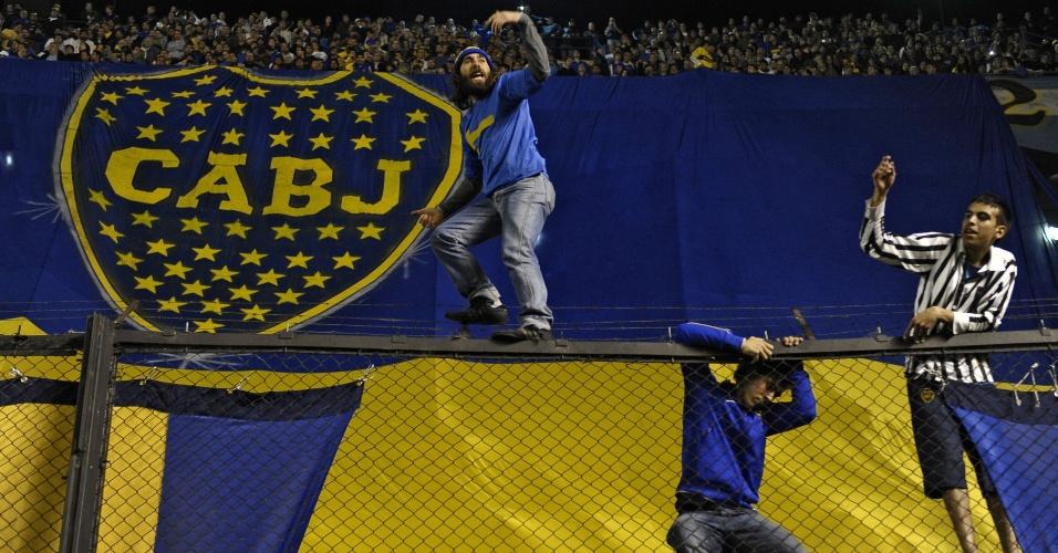 Torcedores do Boca Juniors escalam alambrado do estádio La Bombonera para acompanhar final da Libertadores contra o Corinthians