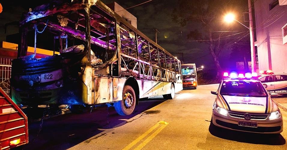 21.jun.2012 - Ônibus incendiado em Taboão da Serra, na Grande São Paulo
