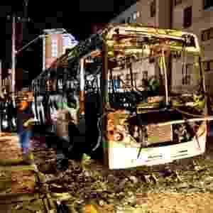 23.jun.2012 - Ônibus incendiado no Parque Real, em Diadema - Eduardo Anizelli/Folhapress
