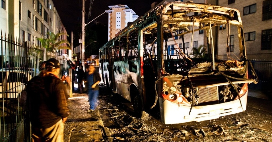 23.jun.2012 - Ônibus incendiado no Parque Real, em Diadema