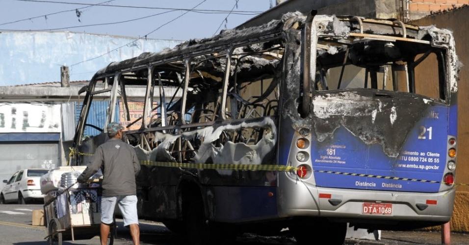25.jun.2012 - Ônibus incendiado  na avenida Arquiteto Vila Nova Artigas, no Jardim Tietê, zona leste de São Paulo