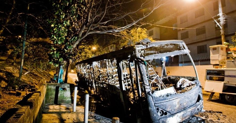 26.jun.2012 - Ônibus incendiado no Jardim Santa Emília, zona sul de São Paulo