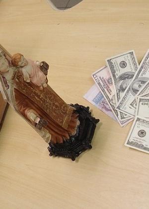 27.jan.2012 - PF prende dois tentando postar cocaína dentro de imagem de santa