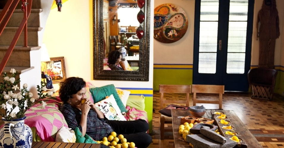 28.jun.2012 - A chef e escritora mexicana Lourdes Hernández em sua casa em São Paulo: no Brasil há 49,8 milhões de casas contra 6,1 milhões de apartamentos