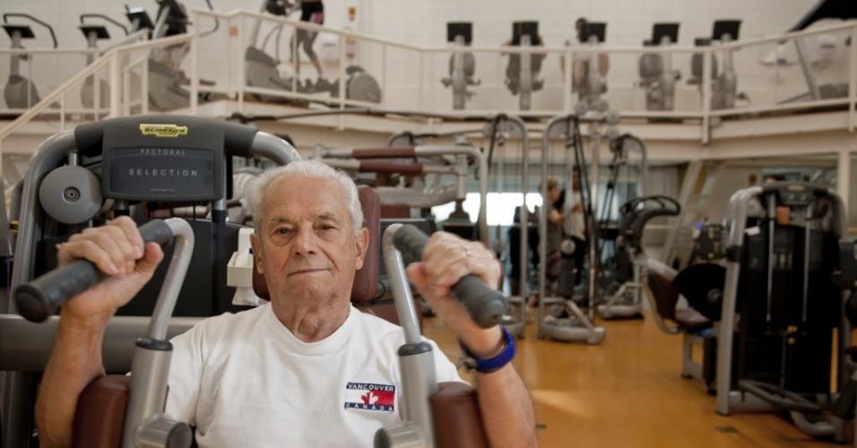 28.jun.2012 - Antônio Batista, 93, exercita-se em academia especializada para idosos, em São Paulo; há em todo o país 20,6 milhões de brasileiros com mais de 60 anos de idade