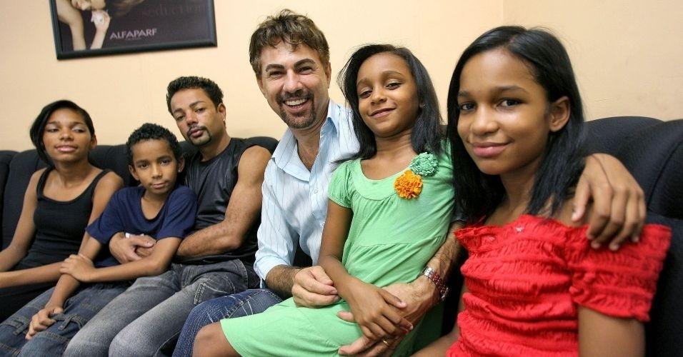 28.jun.2012 - Casal de cabeleireiros de Ribeirão Preto (SP) consegue guarda de quatro irmãos que viviam em abrigo; no Brasil, 60 mil casais já são formados por pares do mesmo sexo