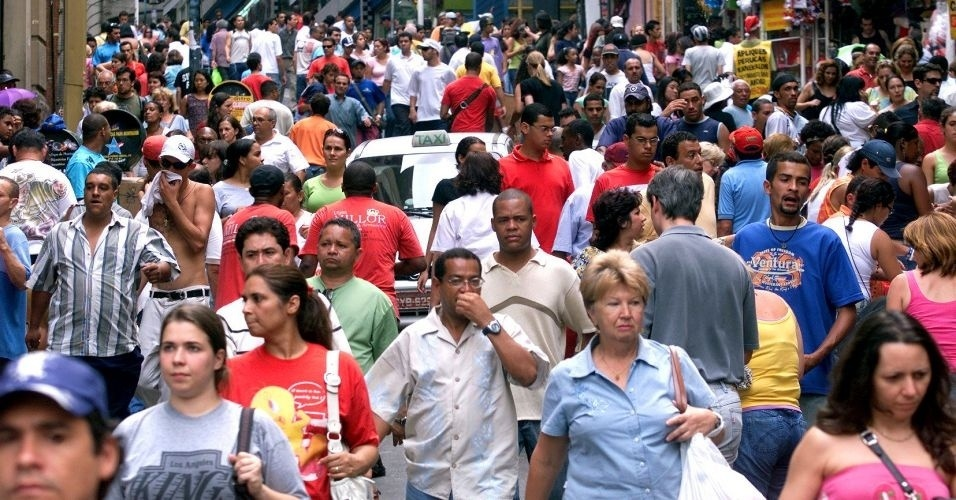 28.jun.2012 - Consumidores caminham pela rua 25 de Março, uma das mais movimentadas do comércio de São Paulo; pelo Censo 2010, 84,6% dos 190.755.799 brasileiros vivem hoje em cidades