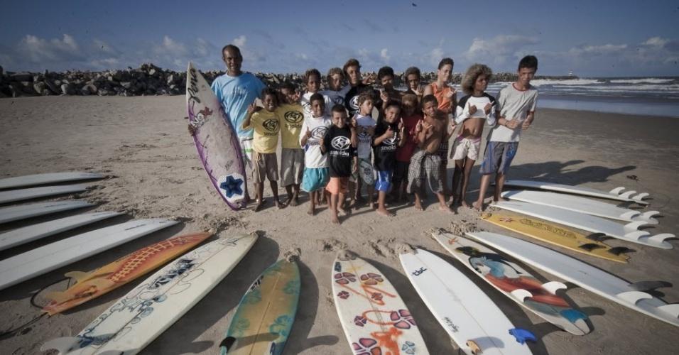 28.jun.2012 - Crianças recebem aula de surfe na Praia do Titanzinho, em Fortaleza (CE), com densidade demográfica de 7.786 habitantes por km2, a maior entre as capitais