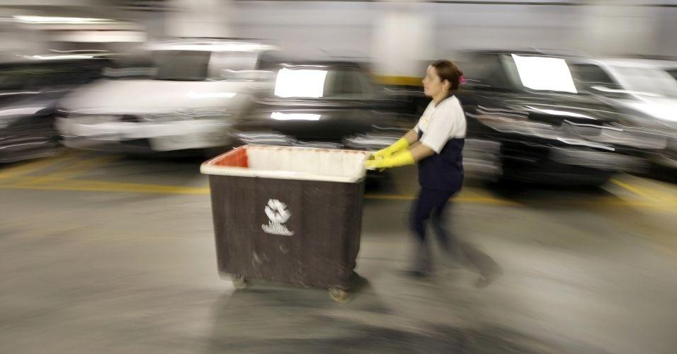 28.jun.2012 - Funcionário de condomínio em São Paulo recolhe lixo reciclável em garagem de prédio; 7,2 milhões de habitações não se desfazem do lixo doméstico de forma regular e adequada