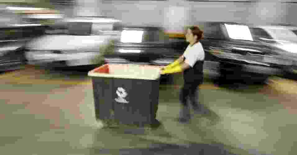 28.jun.2012 - Funcionário de condomínio em São Paulo recolhe lixo reciclável em garagem de prédio; 7,2 milhões de habitações não se desfazem do lixo doméstico de forma regular e adequada - Joel Silva/Folhapress