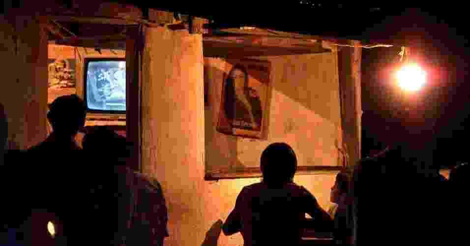 28.jun.2012 - Índios da maloca Flexal, que não tem energia elétrica, se reúnem para assistir a TV na cidade de Uiramutã (RR); 1,28% dos lares brasileiros vivem sem energia elétrica - Tuca Vieira/Folhapress
