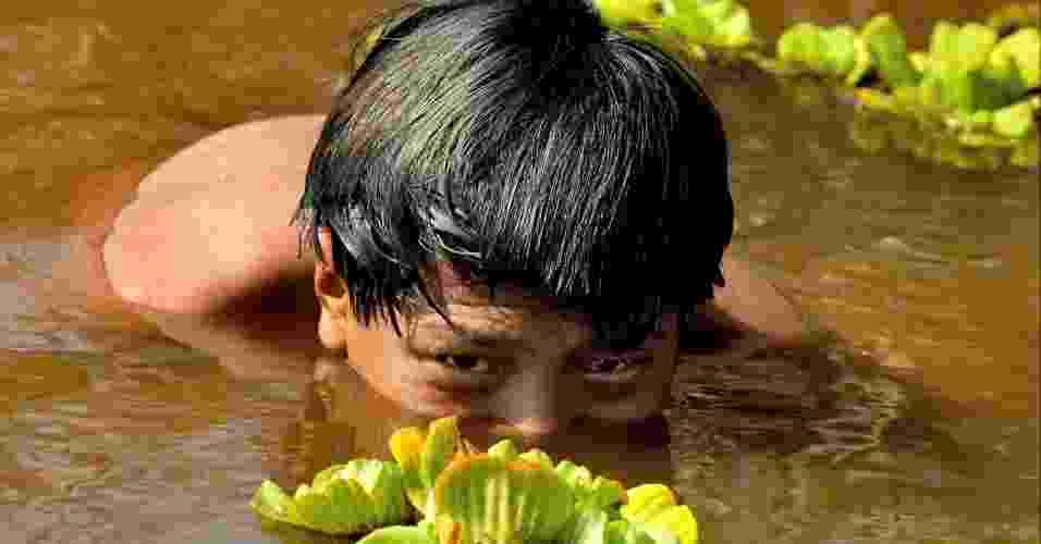 28.jun.2012 - Indiozinho guarani se banha em lagoa da aldeia; Brasil tem 817.963 índios -- ou 0,42% da população total - Juca Varella/Folha Imagem
