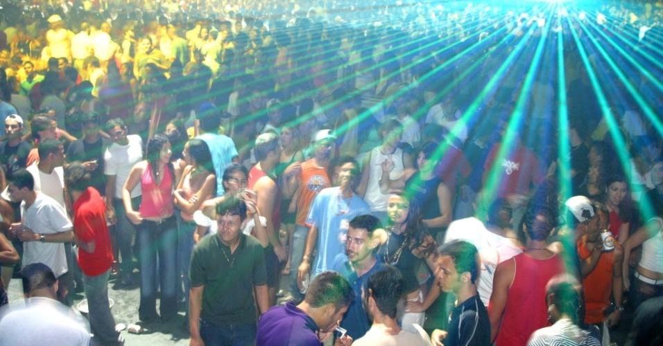 28.jun.2012 - Jovens dançam em baile do Via Show, em São João de Meriti, cidade da Baixada Fluminense (RJ) onde densidade demográfica é de 13.024 habitantes por km2, a mais alta do Brasil