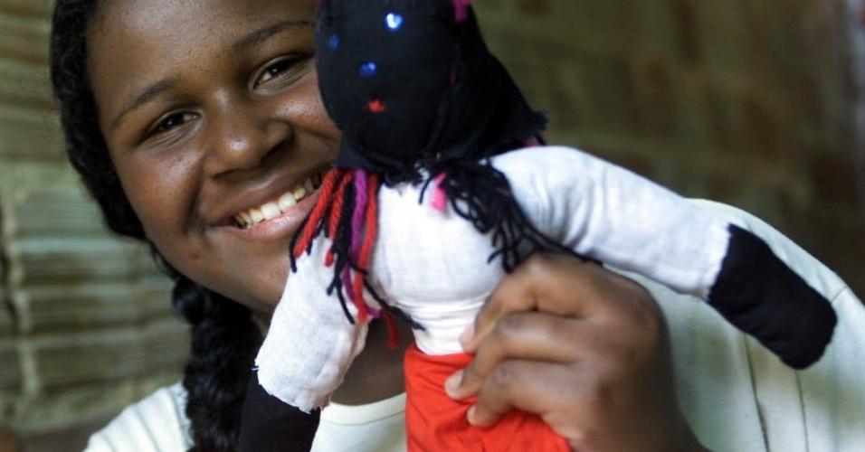 28.jun.2012 - Menina mostra boneca de pano negra; Brasil tem 91 milhões de habitantes brancos e 96,7 milhões de habitantes pretos e pardos