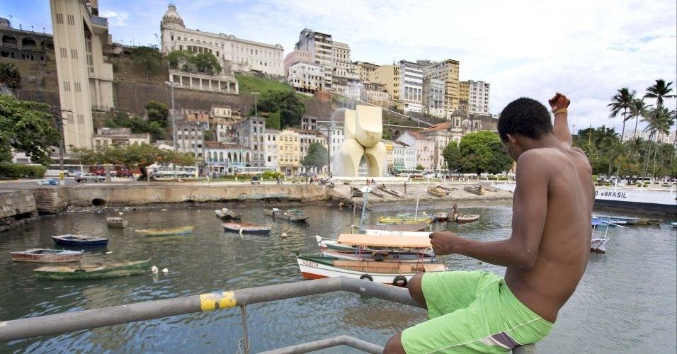 28.jun.2012 - Menino tenta pescar próximo à rampa ao lado do Mercado Modelo, na Cidade Baixa, em Salvador, Bahia, maior Estado nordestino, em área e em população, que registrou menor crescimento populacional da região e o segundo menor de todo o país na última década: 7,27%