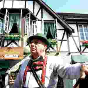 28.jun.2012 - Morador com traje típico alemão posa diante de casa na cidade de Blumenau; Santa Cataerina teve, na última década, crescimento populacional de 16,8% - Bernardo Gutiérrez/Folhapress