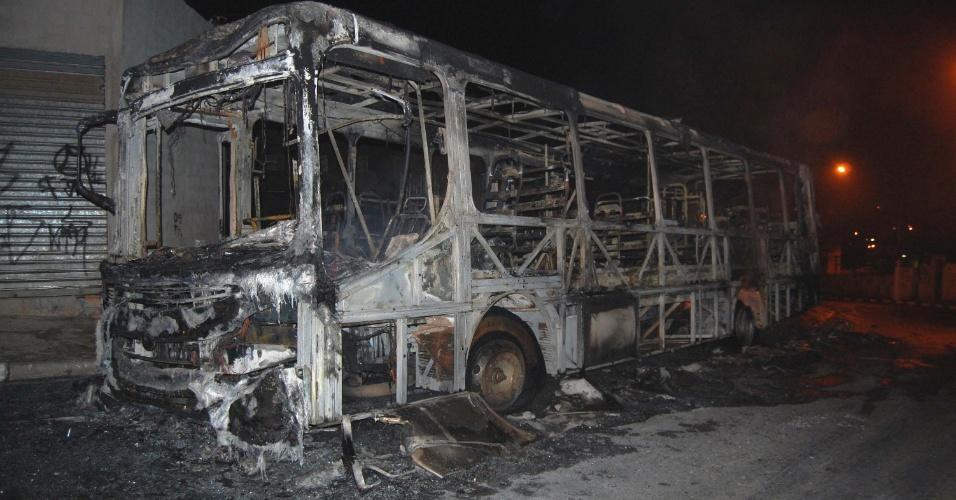 28.jun.2012 - Ônibus incendiado na noite de quarta-feira (27), no bairro Parque Dourado, em Ferraz de Vasconcelos, região metropolitana de São Paulo. Desde domingo (24), é o oitavo caso de ataques deste tipo a ônibus