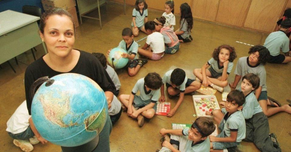 28.jun.2012 - Professora mostra globo durante aula de geografia em escola de Taguatinga, no Distrito Federal, unidade da federação que mais cresceu no Centro-Oeste na última década: 25,79%