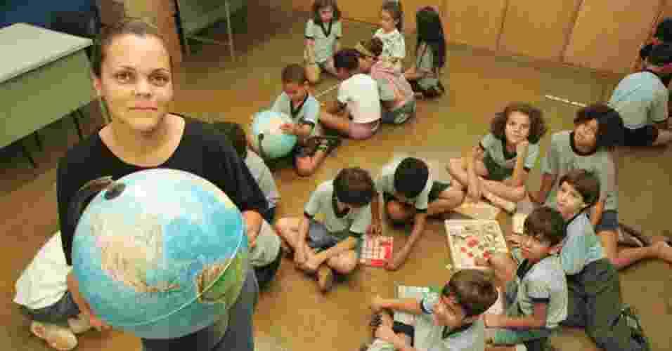 28.jun.2012 - Professora mostra globo durante aula de geografia em escola de Taguatinga, no Distrito Federal, unidade da federação que mais cresceu no Centro-Oeste na última década: 25,79% - Divulgação