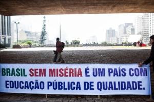 Professores de universidades federais em greve protestam na avenida Paulista, em São Paulo