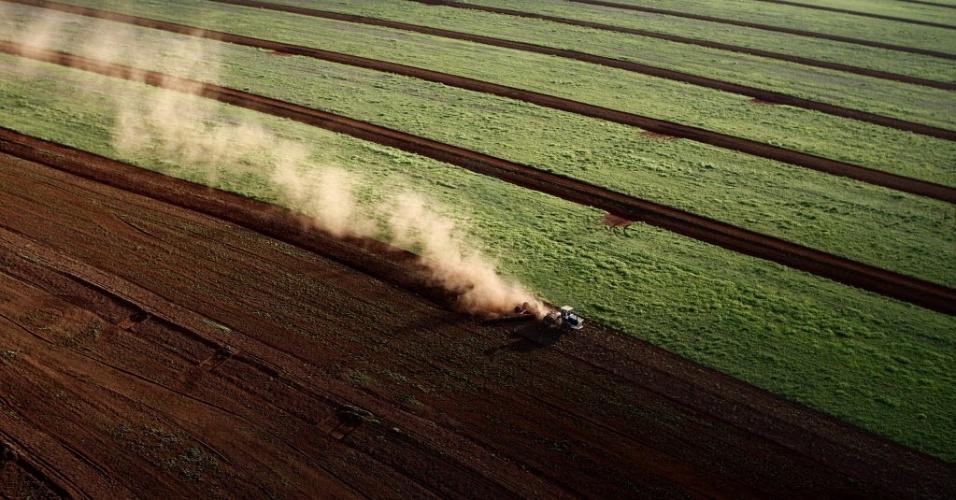 28.jun.2012 - Região de Campo Novo de Paricis (MT), onde fazendeiros continuam trabalhando na terra após encerrada a colheita de soja; população da região Centro-Oeste representa apenas 7,3% da população total brasileira