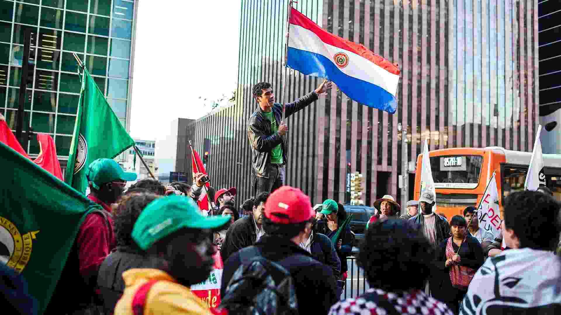 28.jun.2012-  Paraguaios que residem no Brasil e integrantes de movimentos sociais participam de  manifestação, na avenida Paulista, em São Paulo, contra o impeachment do ex-presidente do Paraguai, Fernando Lugo  - Leonardo Soares/UOL