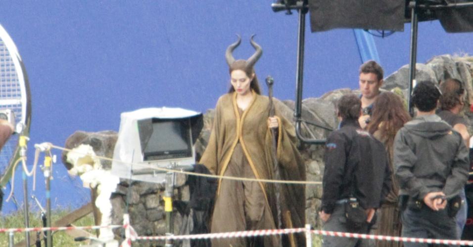 A atriz Angelina Jolie é vista no set de filmagem de