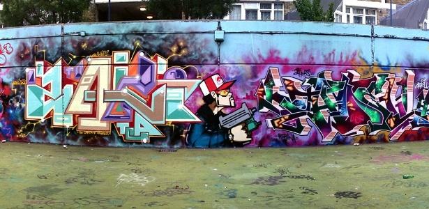 A chamada Parede da Fama, de Stockwell, no sul de Londres, é um tradiconal reduto de vários grafiteiros. O painel aqui mostrado reúne obras de Snatch, Zaki, Aroe, Jadell e Twesh (27/6/12) - Joe -LDNGraffiti.co.uk