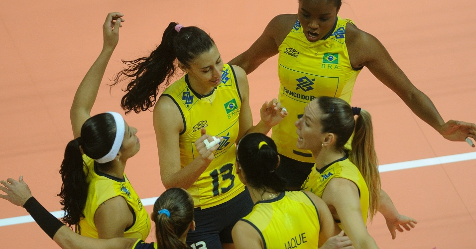 Brasileiras comemoram ponto contra a China, em partida válida pela fase final do Grand Prix (28/06/2012)