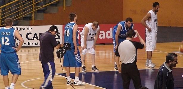 Cinegrafista registra lance livre de dentro da quadra em inovação de transmissão brasileira do basquete