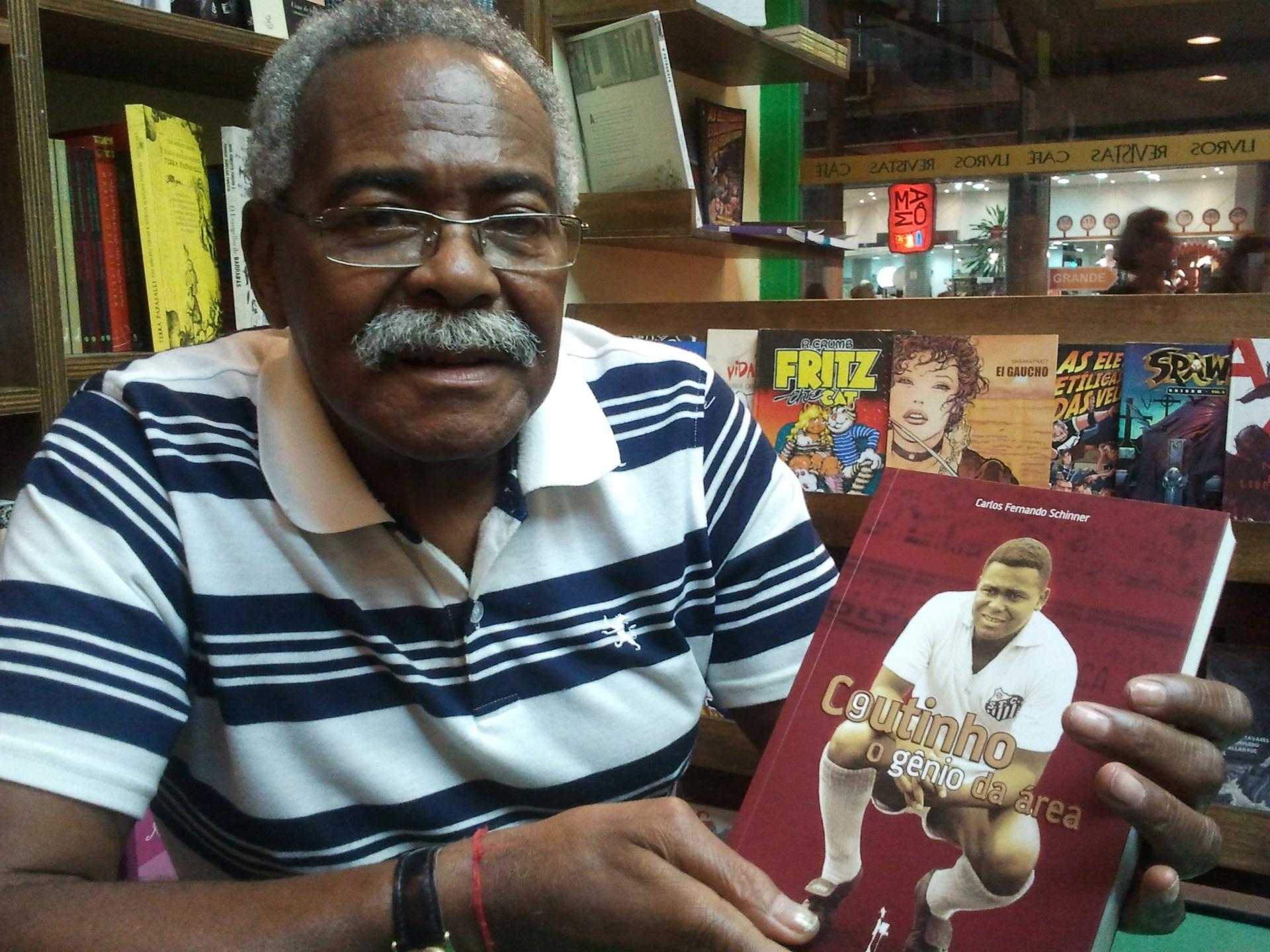 Ex-jogador do Santos, Coutinho lançou sua biografia no Memorial das Conquistas