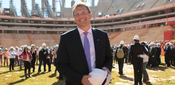 Jerome Valcke posa para foto durante visita às obras do estádio de Brasília para a Copa do Mundo-2014
