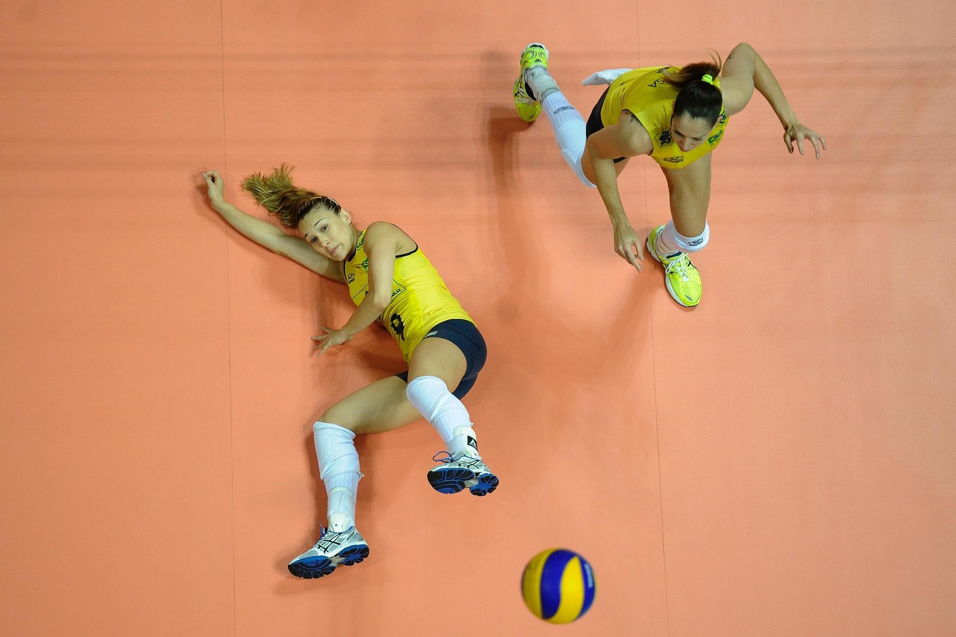 Mesmo deitada, Fernandinha (esq) tenta fazer o levantamento na vitória do Brasil contra a China