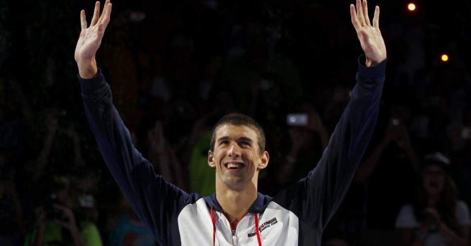 Michael Phelps acena para a torcida ao subir no pódio, depois de vencer os 200 m borboleta na seletiva americana para a Olimpíada