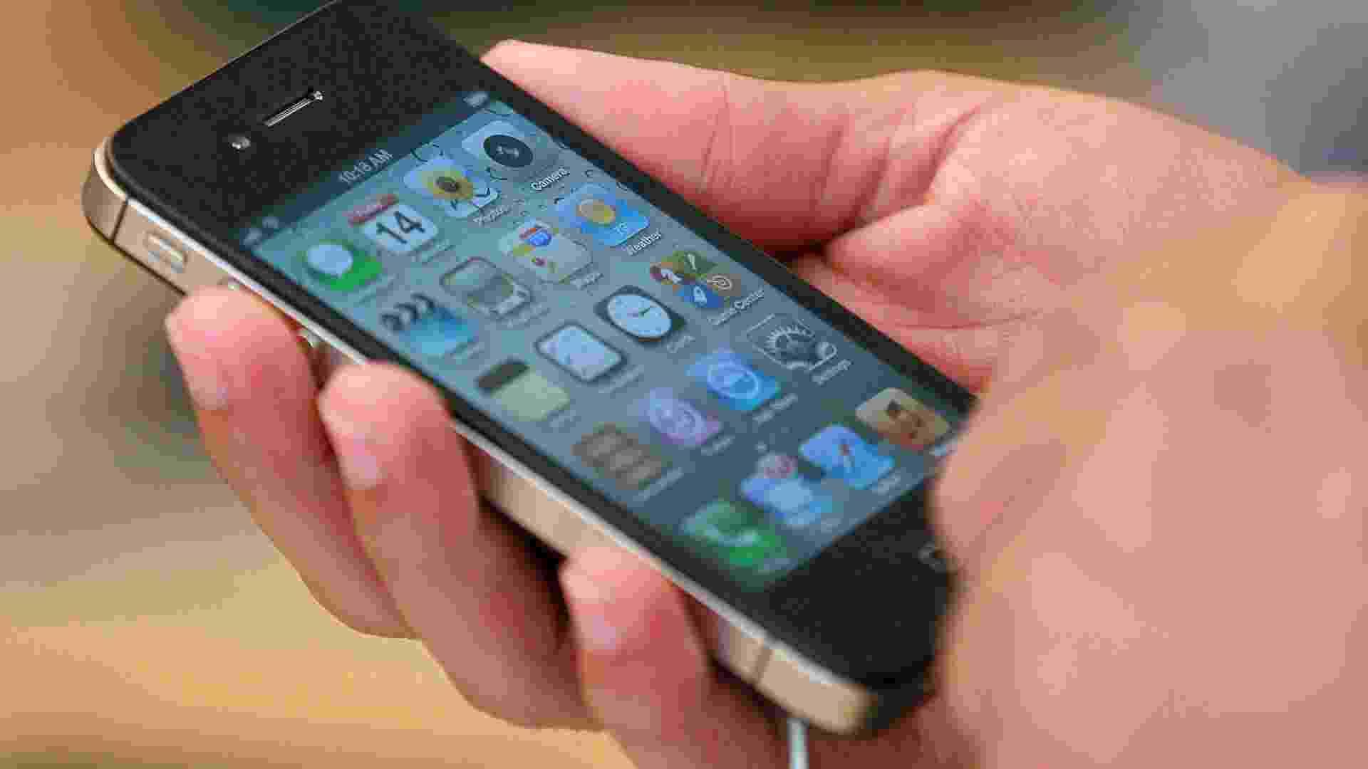 Milhões de consumidores no mundo possuem iPhones, mas poucos conhecem as dezenas de pequenos atalhos e truques existentes nos celulares inteligentes da Apple. O UOL Tecnologia selecionou alguns deles a seguir, válidos para quem usa o sistema iOS 5; confira - Justin Sullivan/Getty Images/AFP