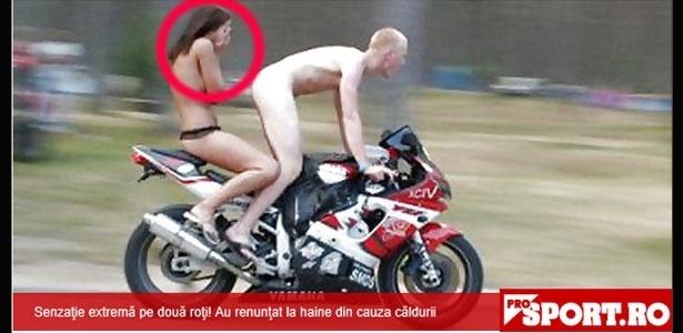 Motociclista sem roupa... garupa sem roupa... Deve estar calor na Romênia!