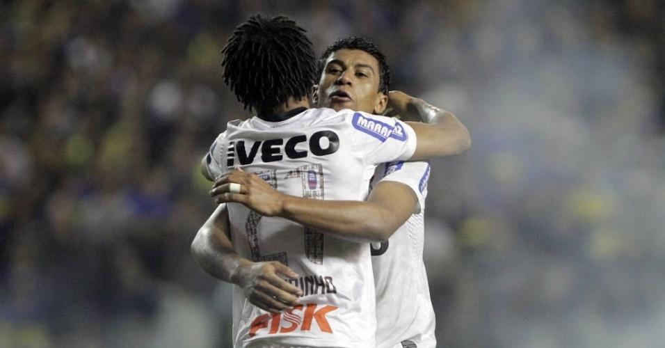 Romarinho é abraçado por Paulinho após fazer o gol que definiu o empate por 1 a 1 entre Boca Juniors e Corinthians