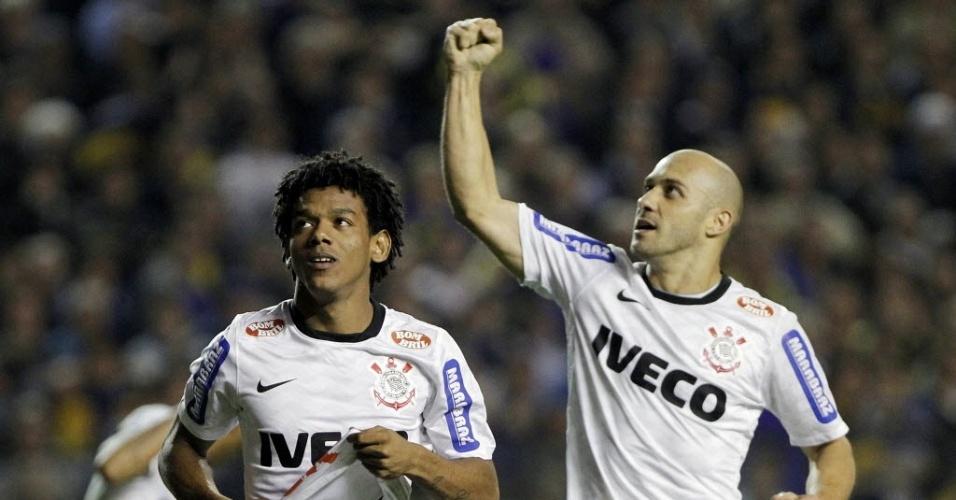 Romarinho e Alessandro comemoram gol de empate do Corinthians contra o Boca Juniors